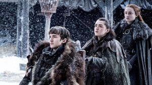 Bran en fauteuil avec ses soeurs Arya et Sansa à Winterfell, sous la neige, GoT